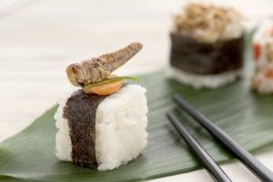 sushi met sprinkhaan